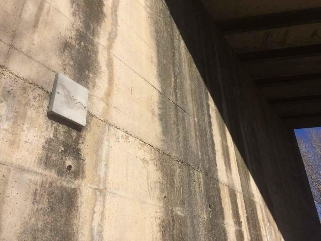 Caixa refugi de ciment de fusta per a ratpenats, col·locades en edificis o infraestructures.