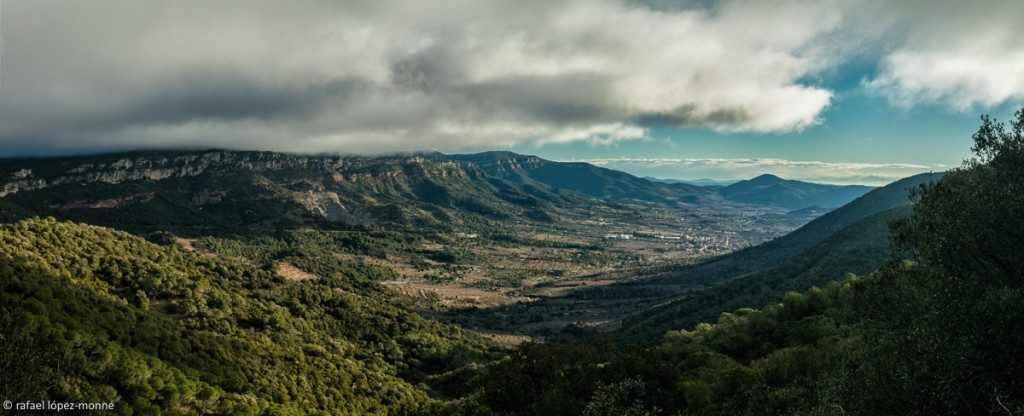 Vall d'Alforja des de la serra de Puigcerver. A l'esquerra, la serra de la Mussara, Muntanyes de Prades. Alforja, Baix Camp, Tarragona